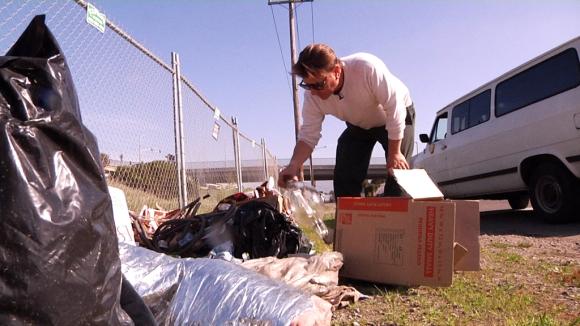 جريجوري كولين وبحثه المستمر في النفايات عن مواد صالحة للاستخدام في بناء المنازل